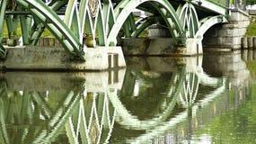 Bezinning van brug in water Stock Afbeeldingen