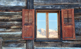 Bezinning van de berg op de vensters stock fotografie