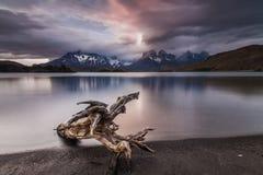 Bezinning van de bergen in het meer Stock Afbeeldingen