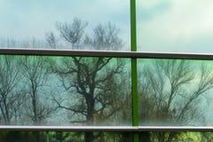 Bezinning van de hemel in een glasgeval stock afbeeldingen