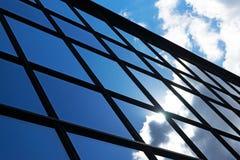 Bezinning van de hemel en de wolken in de vensters van de bouw Stock Foto
