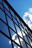 Bezinning van de hemel en de wolken in de vensters van de bouw Royalty-vrije Stock Afbeelding