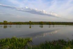 Bezinning van de hemel in het meer stock fotografie
