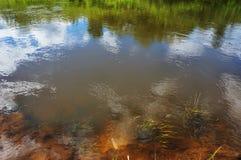 Bezinning van de hemel in water royalty-vrije stock foto's