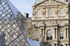 Bezinning van de Louvrepiramide Stock Afbeeldingen