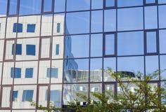 Bezinning van de moderne bouw en blauwe hemel Royalty-vrije Stock Afbeelding