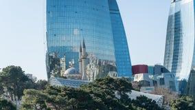 Bezinning van de Moskee van de Martelaren op de Vlamtorens, Baku, Azerbeidzjan stock afbeeldingen
