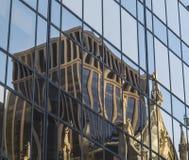 Bezinning van de oude bruine steenbouw in het glas van lange wijze Royalty-vrije Stock Fotografie