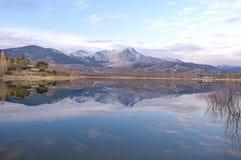 Bezinning van de sneeuwbergen op het meer Royalty-vrije Stock Fotografie