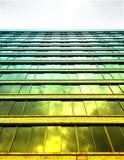 Bezinning van de spiegel van hoge gebouwen Stock Foto's