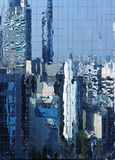 Bezinning van de stad in een glasmuur Stock Fotografie