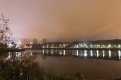 Bezinning van de stad met nachtlichten in het meer royalty-vrije stock foto's