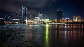 Bezinning van de verlichte brug in de rivier bij nacht stock video