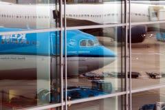 Bezinning van de vliegtuigen in luchthavenvensters Stock Foto's
