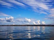 Bezinning van de wolken in de blauwe hemel Royalty-vrije Stock Fotografie