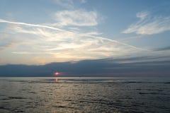 Bezinning van de zon in het overzees stock afbeeldingen