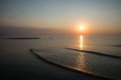 Bezinning van de zon in het overzees Stock Foto