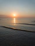 Bezinning van de zon in het overzees Stock Foto's