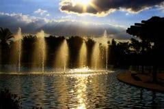Bezinning van de Zon in de kunstmatige cascade van het park stock fotografie