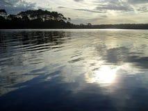 Bezinning van de zon op het meer Royalty-vrije Stock Fotografie