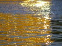 Bezinning van de zon` s stralen op het water Royalty-vrije Stock Foto's