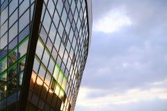 Bezinning van de zonsonderganghemel, close-up van de voorgevel high-rise royalty-vrije stock afbeeldingen
