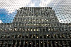 Bezinning van een gebouw in de vensters Royalty-vrije Stock Fotografie