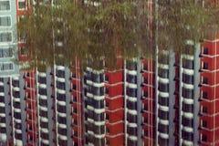 Bezinning van een gebouw door de rivieroever. Stock Foto