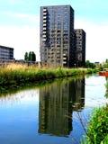 Bezinning van een gebouw in het water royalty-vrije stock afbeelding
