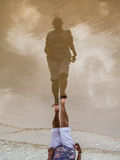 Bezinning van een hogere vrouw op nat zand op een strand Royalty-vrije Stock Foto's