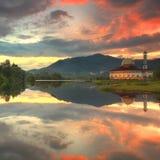 Bezinning van een moskee door het meer met mooie zonsopgang Royalty-vrije Stock Foto's