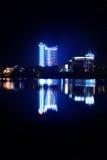 Bezinning van een nachtstad in water minsk Stock Foto
