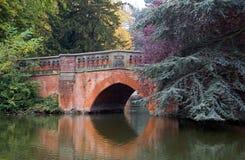 Bezinning van een rode brug stock afbeeldingen