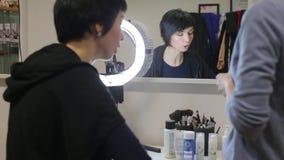 Bezinning van een sprekend meisje in de spiegel, close-up stock footage
