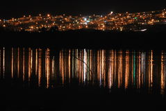 Bezinning van een stad op een meer Stock Fotografie