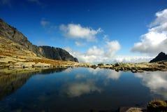 Bezinning van hemel in bergmeer Stock Foto