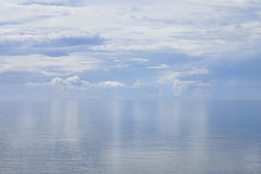 Bezinning van hemel en wolken op zee Royalty-vrije Stock Foto's