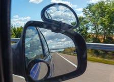 Bezinning van hemel met wolken in spiegel Royalty-vrije Stock Foto's