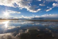 Bezinning van hemel in zandig strand van Alaska Dichtbij Homerus stock fotografie