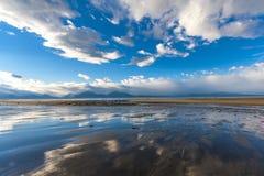 Bezinning van hemel in zandig strand van Alaska Dichtbij Homerus stock foto's