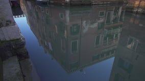 Bezinning van historische gebouwen op water in Veneti? stock videobeelden