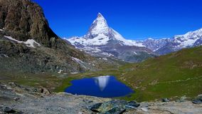 Bezinning van Matterhorn in Zwitserland stock video