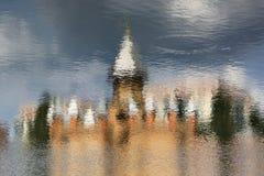 Bezinning van mooi oud kasteel in water, omgekeerde foto Stock Afbeelding