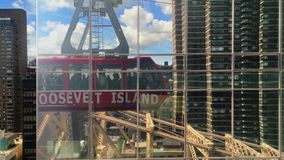 Bezinning van Roosevelt Island Tramway Car in de Bouw van Manhattan stock video