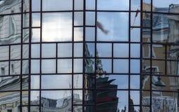 Bezinning van stadsgebouwen in glasvensters royalty-vrije stock foto's