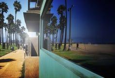 Bezinning van strand in venster Royalty-vrije Stock Afbeeldingen