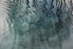 Bezinning van takken in het water Abstractie stock foto's