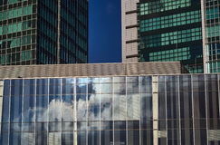 Bezinning van wolken in de glasvoorgevel van moderne wolkenkrabbers Royalty-vrije Stock Afbeeldingen