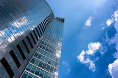 Bezinning van wolken in een modern gebouw Royalty-vrije Stock Afbeelding