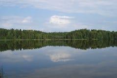 Bezinning van wolken op de vlotte oppervlakte van het meer royalty-vrije stock foto